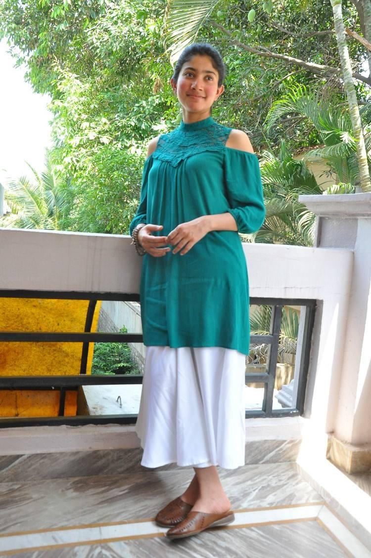 Sai Pallavi Images New Latest Hd Photos Padi Padi Leche Manasu