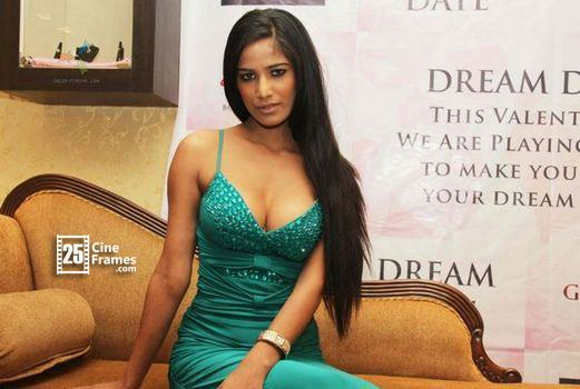 182442-poonam-pandey-launch-the-gitanjali-dream-date-contest-in-